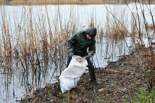 На днях активисты Запорожского рыболовного клуба устроили субботник на одном из излюбленных мест отдыха запорожцев – Гребном канале.