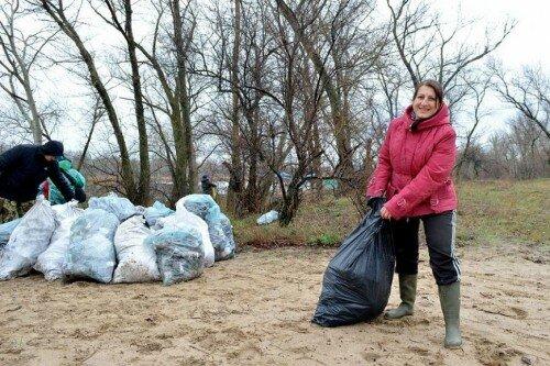 За 3 часа было убрано около 500 метров прибрежной территории канала и собрано 80 мешков мусора.