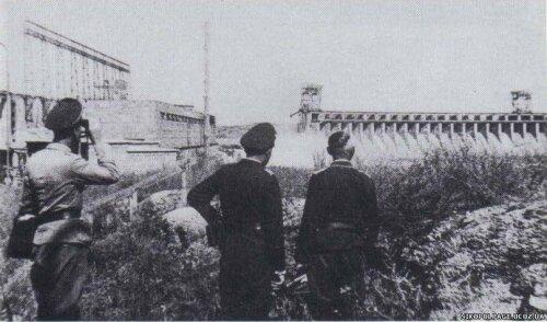 Немцы у плотины ДнепроГЭС, 1941 год.