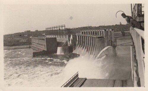 Немцы фотографируются на плотине ДнепроГЭС в 40-е года