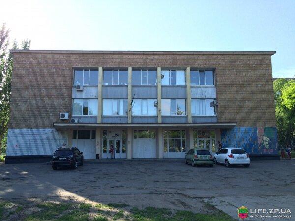 Фасад здания центра молодежи