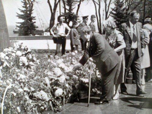 Торжественное возложение цветов