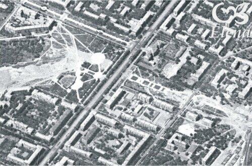 Слева - будущий парк Трудовой Славы, справа - будущая Аллея Славы. В парке виден летний кинотеатр.