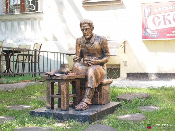 Скульптура сапожника на бульваре Шевченко