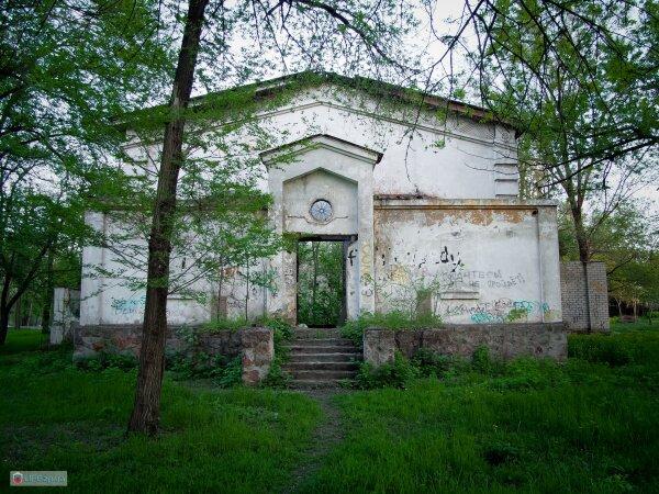 Заброшенный летний кинотеатр в парке Энергетиков