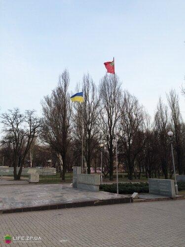 Флаги Украины и Запорожья на Аллее