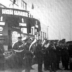 Будущий горсовет и горотдел милиции (1 мая 1932 года)
