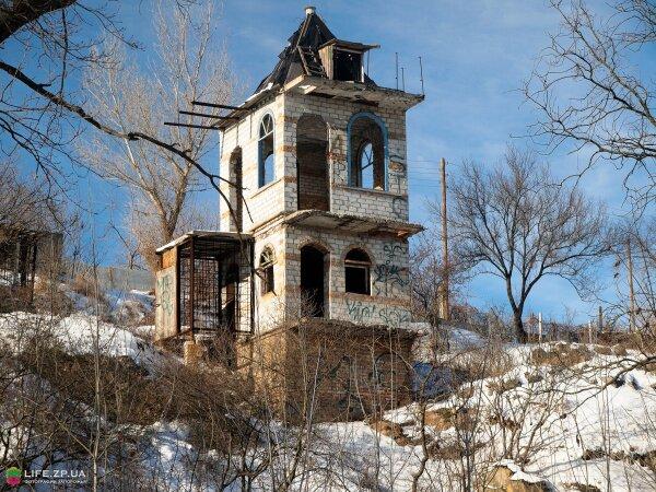 Дом на скале возле лодочного причала на вырве