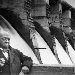 Хью Линкольн Купер возле плотины ДнепроГЭСа