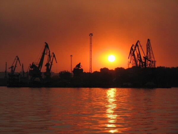 Краны в порту Ленина