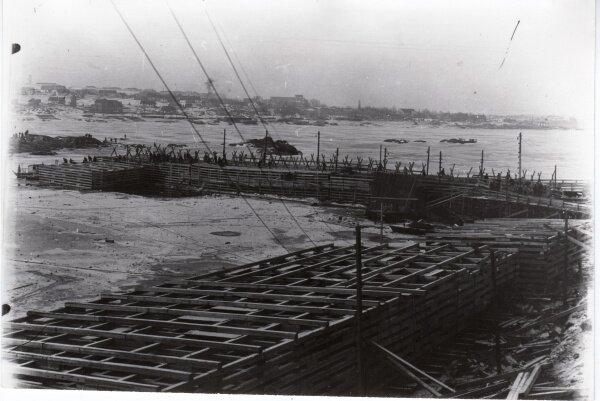Начало строительства плотины ДнепроГЭСа