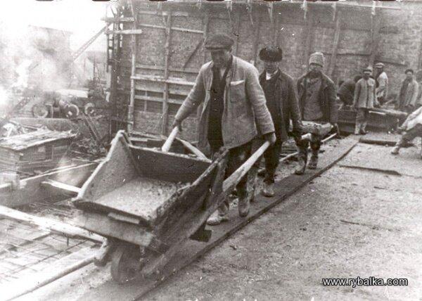 Население работало во всю и крестьяне и рабочие (строительство ДнепроГЭС)