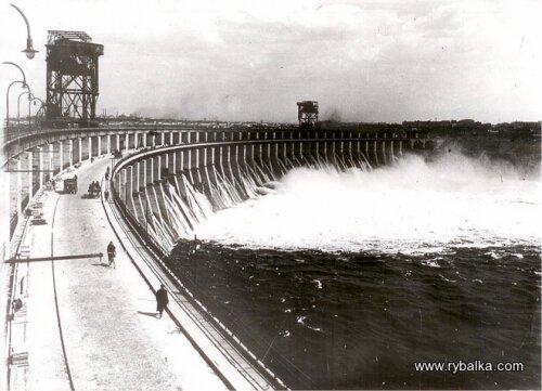 В 1969 году было начато строительство второй очереди гидроузла. ДнепроГЭС-2, запущенный в 1975 году, имеет мощность 828 МВт.