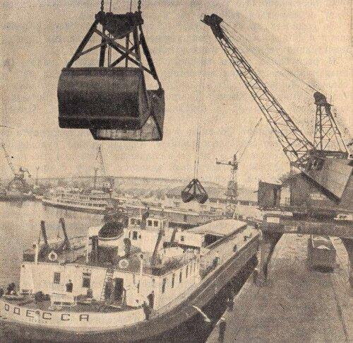 Разгрузка самоходной баржи в Запорожском порту имени Ленина