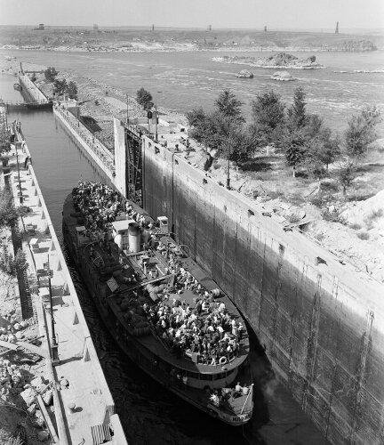 Шлюзование корабля через ДнепроГЭС, 40-е годы