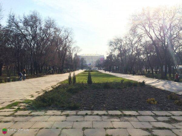 Сквер перед ТЦ «Украина»