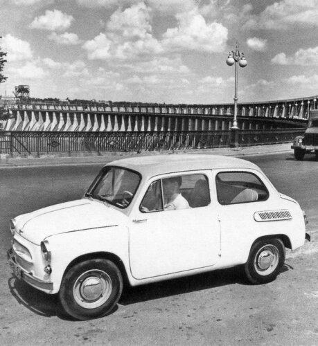 Запорожец ЗАЗ-965 на фоне плотины ДнепроГЭС