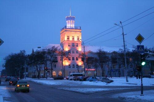 Красивая подсветка башни на бульваре Шевченко