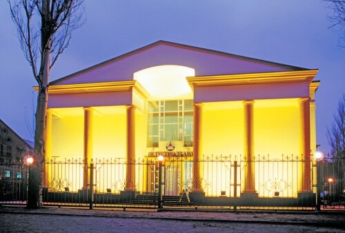 Банк Индустриалбанк ночью