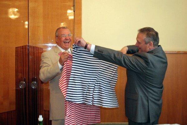 Карташов и Баранов примеряют футболки
