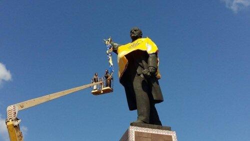 Памятник Ленину переодели в патриотические цвета