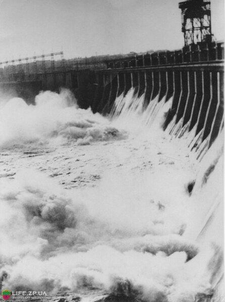 Спуск воды на плотине ДнепроГЭС в мае 1970-го года.