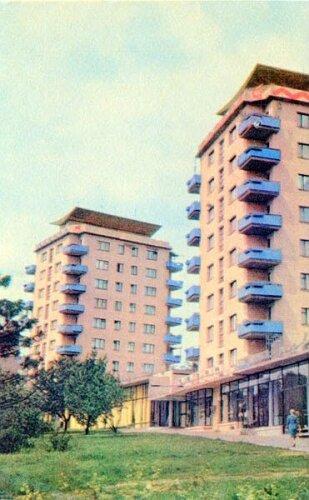 """Транспортная площадь с видом на  жилой комплекс """"Три свечки"""" в 1969 году"""