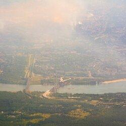 Желтым, розовым, коричневым, черным и фиолетовым дымом в Запорожье уже никого не удивишь.