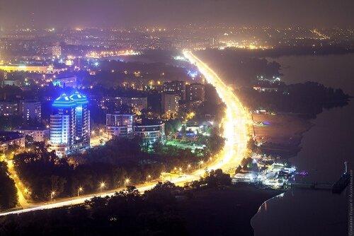 Вид на ночную набережную Запорожья с высоты