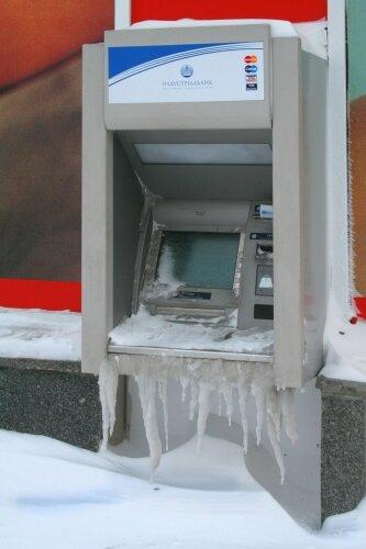 Даже банкомат покрылись льдом