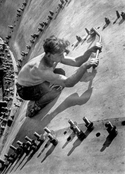 Рабочий затягивающий болты на оболочке генератора, Днепрострой 1930 год