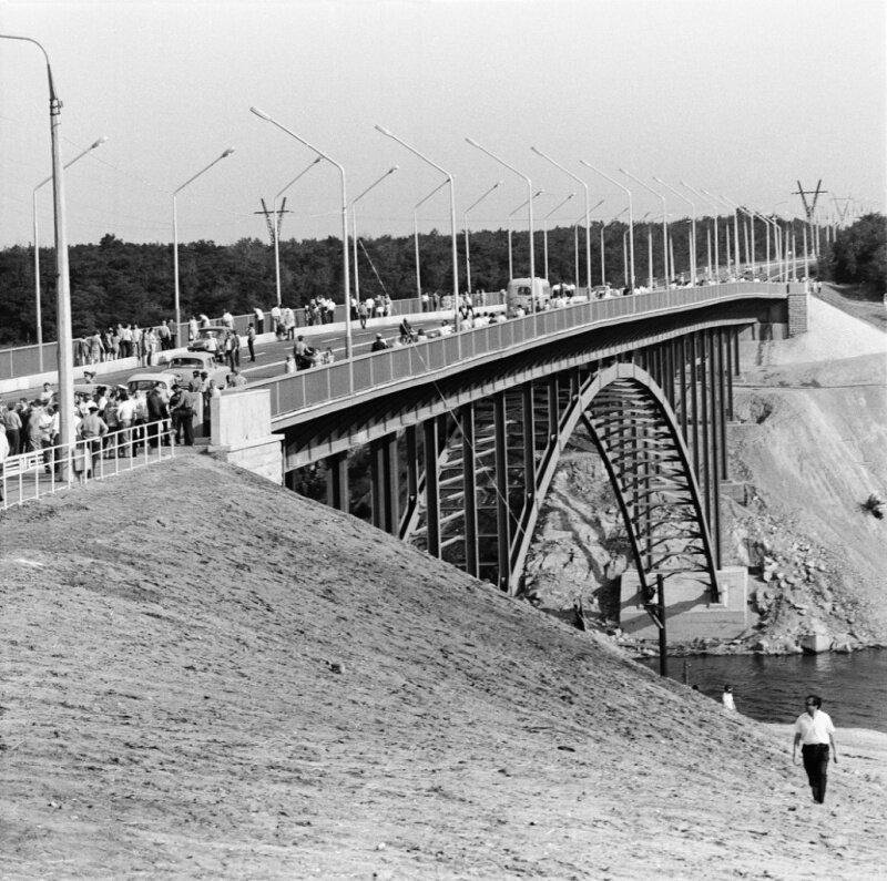 Новый мост через Старый Днепр в Запорожье, соединивший правобережную часть города с островом Хортица, 28 июня 1974 год