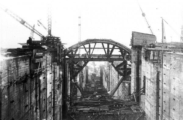 Общий вид строительства моста через шлюз для трамвайного сообщения. Репродукция. До 1941 год