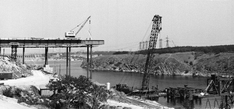 Строительство моста через Днепр, соединившего правобережную часть Запорожья с островом Хортица, 17 июня 1972 год