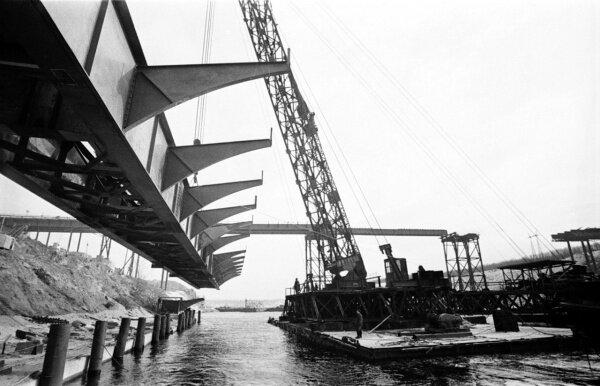 Укладка ферм арочного моста, 24 февраля 1973 года