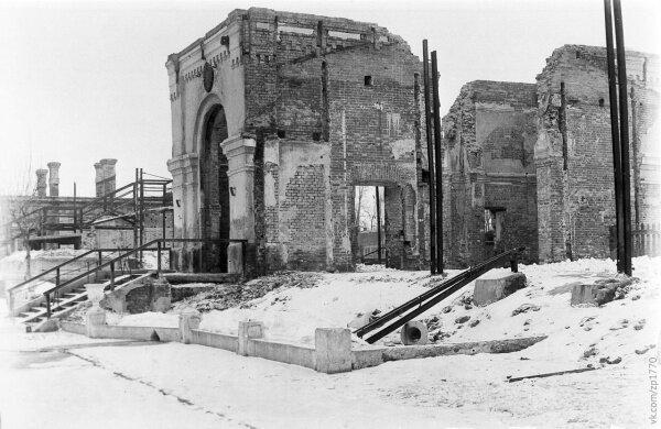 Здание вокзала железнодорожной станции Запорожье-1, разрушенное во время Второй мировой войны, фото 1944 г.