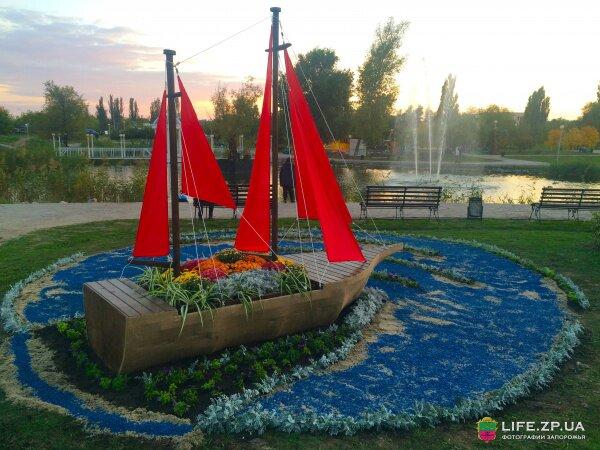Корабль среди цветов в центра вознесеновского парка