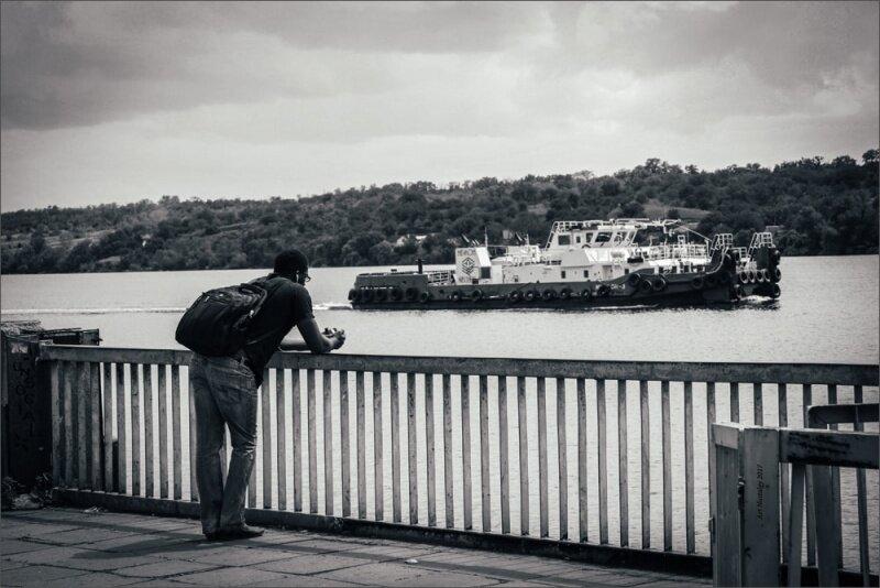 Вид с причал на центральном пляже в сторону острова Хортица на проплывающий корабль
