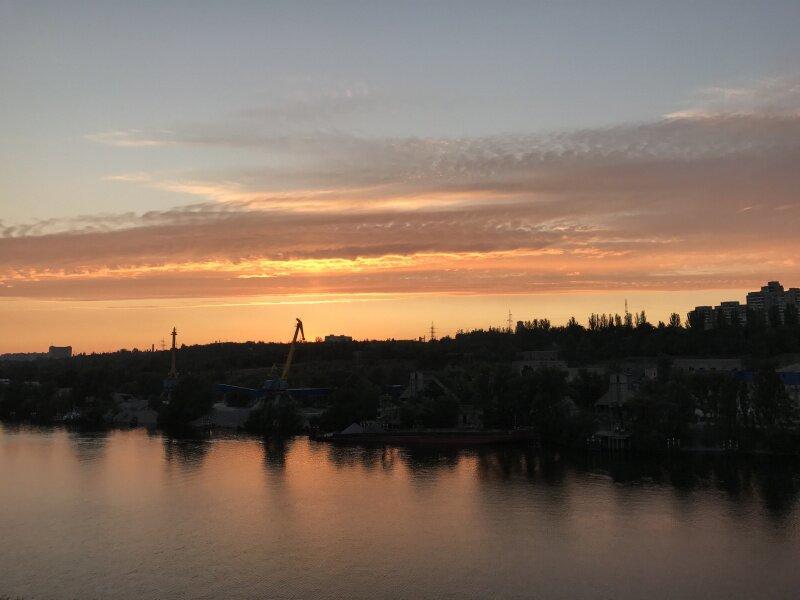 Закат над вырвой с видом на камнедробилку. Размольный узел с транспортёрами и пристанью для барж.
