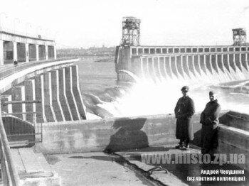 Немцы у взорванного советскими войсками ДнепроГЭСа